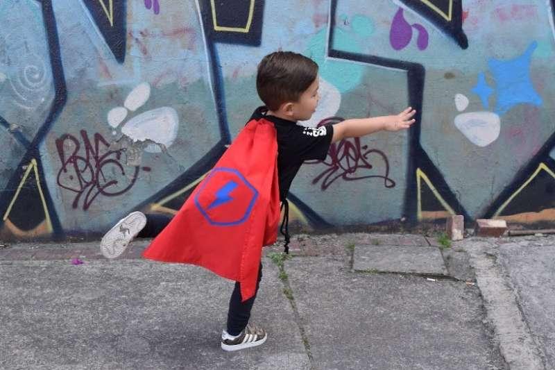 Tula super héroe con capa