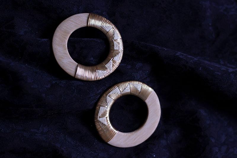 Servilletero en madera con tejido en cobre y werregue.