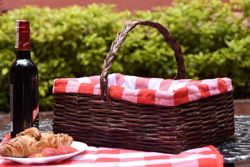 Canasta de picnic roja en papel